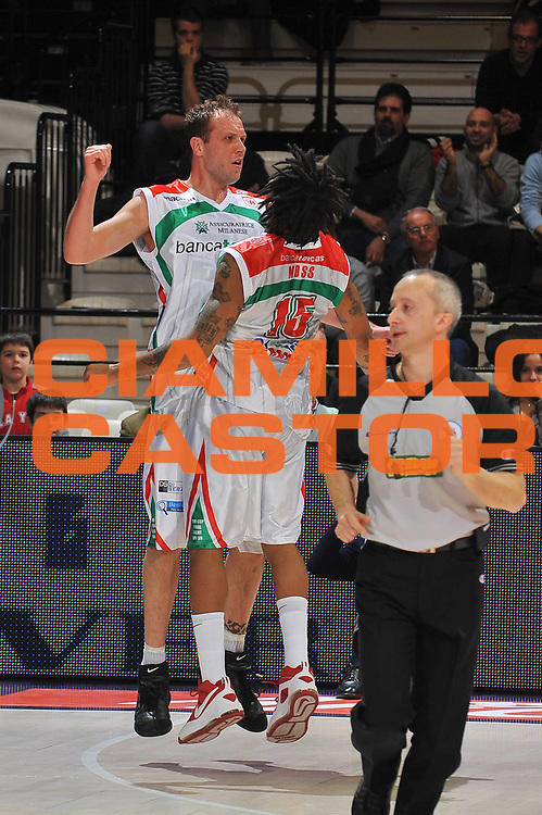 DESCRIZIONE : Bologna Final Eight 2009 Quarti di Finale Air Avellino Bancatercas Teramo<br /> GIOCATORE : Jacob Jaacks David Moss<br /> SQUADRA : Bancatercas Teramo<br /> EVENTO : Tim Cup Basket Coppa Italia Final Eight 2009<br /> GARA : Air Avellino Bancatercas Teramo<br /> DATA : 19/02/2009<br /> CATEGORIA : esultanza<br /> SPORT : Pallacanestro<br /> AUTORE : Agenzia Ciamillo-Castoria/A.Dealberto