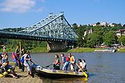 Rafting auf der Elbe, Schlauchboot, Blaues Wunder, Loschwitz, Dresden, Sachsen, Deutschland.|.rafting on river Elbe, Blaues Wunder (bridge Blue Wonder), Loschwitz, Dresden, Germany