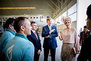 Staatsbezoek van Koning Willem Alexander en Koningin M&aacute;xima, aan de Portugese Republiek.<br /> <br /> Statevisit of King Willem Alexander and Queen Maxima to the republic of Portugal<br /> <br /> Op de foto / On the photo:  Aankomst van het Koningspaar bij OGMA, Ind&uacute;stria Aeron&aacute;utica de Portugal is gespecialiseerd in onderdelenproductie, onderhoud en reparatie van vliegtuigen. //// Arrival of the royal couple at OGMA, Ind&uacute;stria Aeron&aacute;utica de Portugal specializes in the production of parts, maintenance and repair of aircraft.