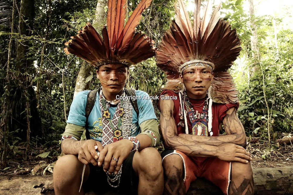 Jeunes indiens Huni Kuin se préparant pour suivre l'enseignement des pajês ou chamans