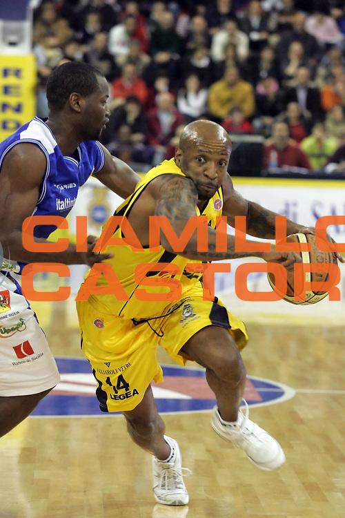 DESCRIZIONE : Pictures of the Week 24 Giornata Lega A1 2006-07 <br /> GIOCATORE : Carter <br /> SQUADRA : Legea Scafati <br /> EVENTO : Campionato Lega A1 2006-2007 <br /> GARA : Legea Scafati Upea Capo Orlando <br /> DATA : 25/03/2007 <br /> CATEGORIA : Palleggio <br /> SPORT : Pallacanestro <br /> AUTORE : Agenzia Ciamillo-Castoria/A.De Lise <br /> Galleria : Pictures of the Week 2006-2007 <br /> Fotonotizia : Pictures of the Week 24 Giornata Campionato Italiano Lega A1 2006-2007 <br /> Predefinita :