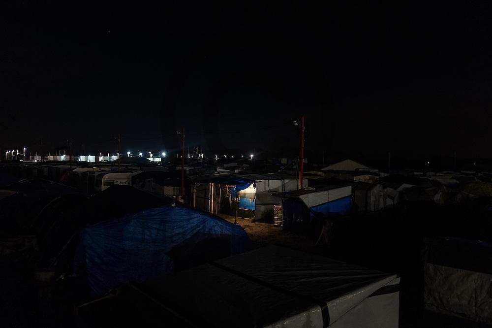 Calais, Frankreich - 16.10.2016<br /> Licht brennt in einer Huette im Dschungel von Calais. Das Fluechtlingscamp an der Kueste zum Aermelkanal soll laut franzoesischer Regierung in den naechsten Tagen geraeumt werden. In dem Camp leben um die 1000 Fluechtlinge und warten auf die Moeglichkeit zur Weiterreise durch den Eurotunnel nach Gro&szlig;britannien. Photo: Foto: Markus Heine / heineimaging<br /> <br /> Calais, France - 2016/10/16<br /> Light burns in a hut in the Calais Jungle. The refugee camp on the coast to the English Channel is to be cleared in the next few days, according to the French government. In the camp live around the 1000 refugees and wait for the possibility to travel further through the Eurotunnel to the UK. Photo: Foto: Markus Heine / heineimaging<br /> <br /> ------------------------------<br /> <br /> Veroeffentlichung nur mit Fotografennennung, sowie gegen Honorar und Belegexemplar.<br /> <br /> Bankverbindung:<br /> IBAN: DE65660908000004437497<br /> BIC CODE: GENODE61BBB<br /> Badische Beamten Bank Karlsruhe<br /> <br /> USt-IdNr: DE291853306<br /> <br /> Please note:<br /> All rights reserved! Don't publish without copyright!<br /> <br /> Stand: 10.2016<br /> <br /> ------------------------------