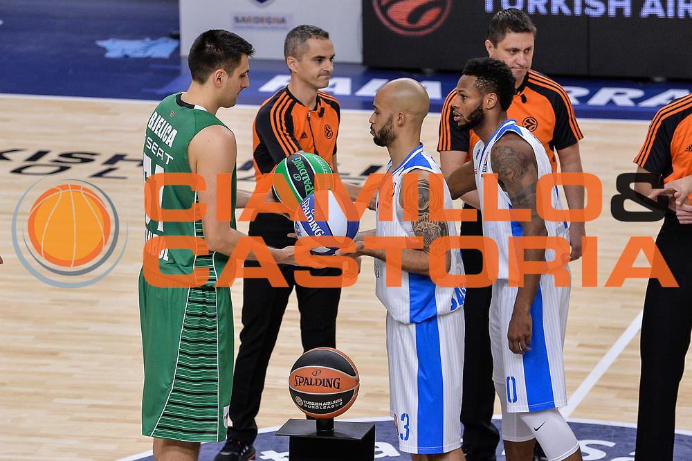 DESCRIZIONE : Eurolega Euroleague 2015/16 Group D Dinamo Banco di Sardegna Sassari - Darussafaka Dogus Istanbul<br /> GIOCATORE : Milko Bjelica David Logan<br /> CATEGORIA : Fair Play Before Pregame<br /> EVENTO : Eurolega Euroleague 2015/2016<br /> GARA : Dinamo Banco di Sardegna Sassari - Darussafaka Dogus Istanbul<br /> DATA : 19/11/2015<br /> SPORT : Pallacanestro <br /> AUTORE : Agenzia Ciamillo-Castoria/L.Canu