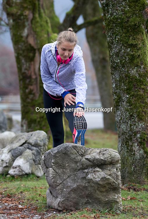 European Tennis Base (ETB) in Hallein Naehe Salzburg, Antonia Lottner (GER) beim Stretching,warm-up,aufwaermen,Fitness,Einzelbild,<br /> Ganzkoerper,Hochformat,
