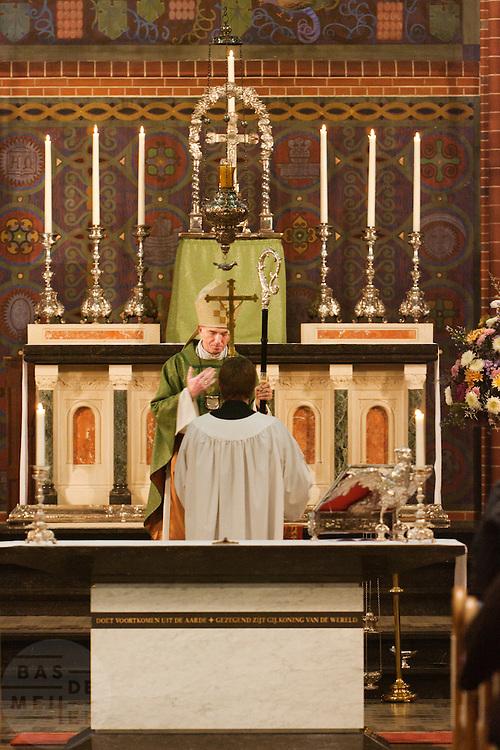Aartsbisschop Joris Vercammen slaat een kruis aan het einde van de mis. Op zondag 31 oktober is in de Getrudiskathedraal in Utrecht  Annemieke Duurkoop als eerste vrouwelijke plebaan van Nederland geïnstalleerd. Duurkoop wordt de nieuwe pastoor van de Utrechtse parochie van de Oud-Katholieke Kerk (OKK), deze kerk heeft geen band met het Vaticaan. Een plebaan is een pastoor van een kathedrale kerk, die eindverantwoordelijk is voor een parochie. Eerder waren bij de OKK al twee vrouwelijk priesters geïnstalleerd, maar die zijn geen plebaan.<br /> <br /> Archbishop Joris Vercammen is finishing the service. At the St Getrudiscathedral in Utrecht the first female dean of the Old-Catholic Church (OKK), Annemieke Duurkoop, is installed together with a new pastor Bernd Wallet. The church has no connections with the Vatican.