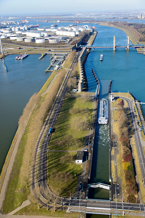 Nederland, Zuid-Holland, Rotterdam, 18-02-2015. Rozenburgsesluis tussen Hartelkanaal en Calandkanaal. Bij de Calandbrug staan een windscherm om het manoeuvreren met hoog beladen zeeschepen ook bij sterke wind mogelijk te maken.<br /> Rozenburgse Locks between Hartelkanaal and Caland Canal. Next to Caland bridge a windshield  allows for maneuvering  high loaded ocean-going vessels even in strong wind.<br /> luchtfoto (toeslag op standard tarieven);<br /> aerial photo (additional fee required);<br /> copyright foto/photo Siebe Swart