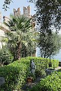 Heiligenfigur in Garten am See, Altstadt, Sirmione, Gardasee, Lombardei, Italien | Holy figure in the garden by the lake, Old Town, Sirmione, Lake Garda, Lombardy, Italy