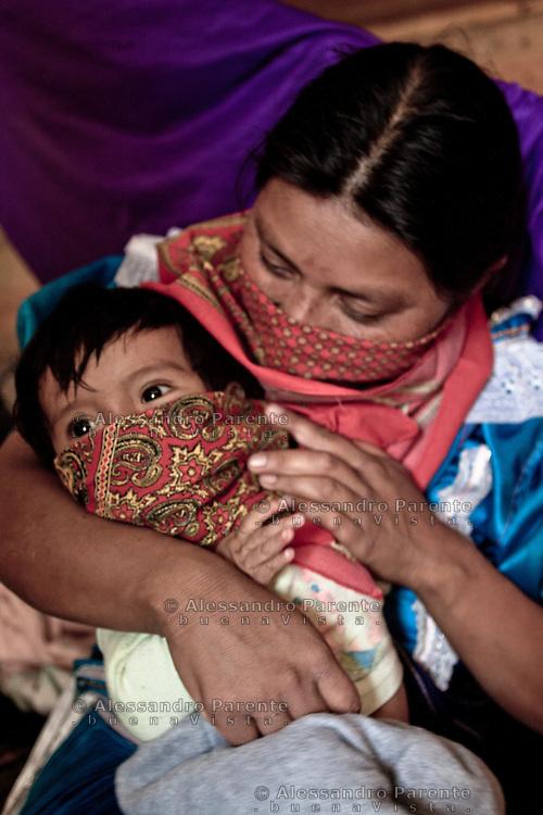 Niño con paliacate. El miedo de ser reconocidos los lleva a cubrir hasta los niños. El pañuelo o paliacate es el simbulo de su resistencia.
