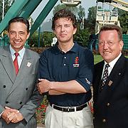 Opening Six Flags Dronten, staatsecretaris Ybema ,Robert ten Brink en pretpark directeur