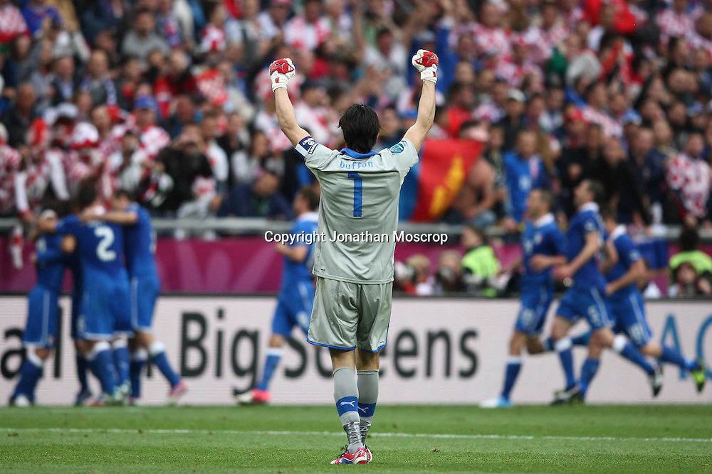 Jonathan Moscrop - LaPresse<br /> 14 06 2012 Poznan ( Polonia )<br /> Sport Calcio<br /> Europei 2012 Polonia e Ukraina - Italia vs. Croazia - Stadio Municipale di Poznan<br /> Nella foto: Esultanza dell'Italia dopo la rete del 1-0 di Andrea Pirlo<br /> <br /> Jonathan Moscrop - LaPresse<br /> 14 06 2012 Poznan ( Polonia )<br /> Sport Soccer<br /> Euro 2012 Poland and Ukraine - Italy versus Croatia - Municipal Stadium Poznan<br /> In the photo: Italy players celebrate after Andrea Pirlo's goal gave the side a 1-0 lead