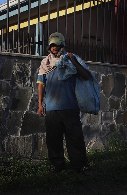 Proyecto mestizo es un conjunto de fotograf&iacute;as que retratan un viaje por Latinoam&eacute;rica.<br /> Una narraci&oacute;n visual en donde la iron&iacute;a se mezcla con el desconcierto y la sorpresa que me genera habitar este territorio complejo y fascinante.<br /> Aqu&iacute; las im&aacute;genes actuales se entrecruzan y dialogan con la historia, van y vienen de la realidad a la ficci&oacute;n.<br /> Proyecto mestizo es la mezcla, el cruce de culturas, las influencias. El resultado de las dependencias y las independencias, las migraciones y los conflictos, las sucesivas conquistas.<br /> El mestizo es en Am&eacute;rica el hijo de un padre o madre de raza blanca y el de un padre o madre ind&iacute;gena. El resultado de la fusi&oacute;n de dos mundos.<br /> Latinoam&eacute;rica sigue siendo a&uacute;n hoy la b&uacute;squeda de un equilibrio entre estas tensiones.<br />  <br /> Las im&aacute;genes buscan reflejar los puntos de encuentro entre lo religioso y lo pagano, la historia y la ficci&oacute;n, lo aut&oacute;ctono y lo for&aacute;neo.<br /> Un mosaico en el que los l&iacute;mites son bien difusos y en el cual espero podamos vernos reflejados.<br /> <br /> Todas las fotograf&iacute;as de esta serie fueron realizadas entre 2011-2013
