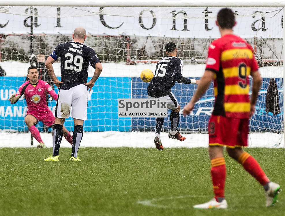 Dundee's Kane Hemmings opens the scoring from the spot during the Partick Thistle FC V Dundee FC Scottish Premiership game, 16th January 2016; (c) BERNIE CLARK | SportPix.org.uk