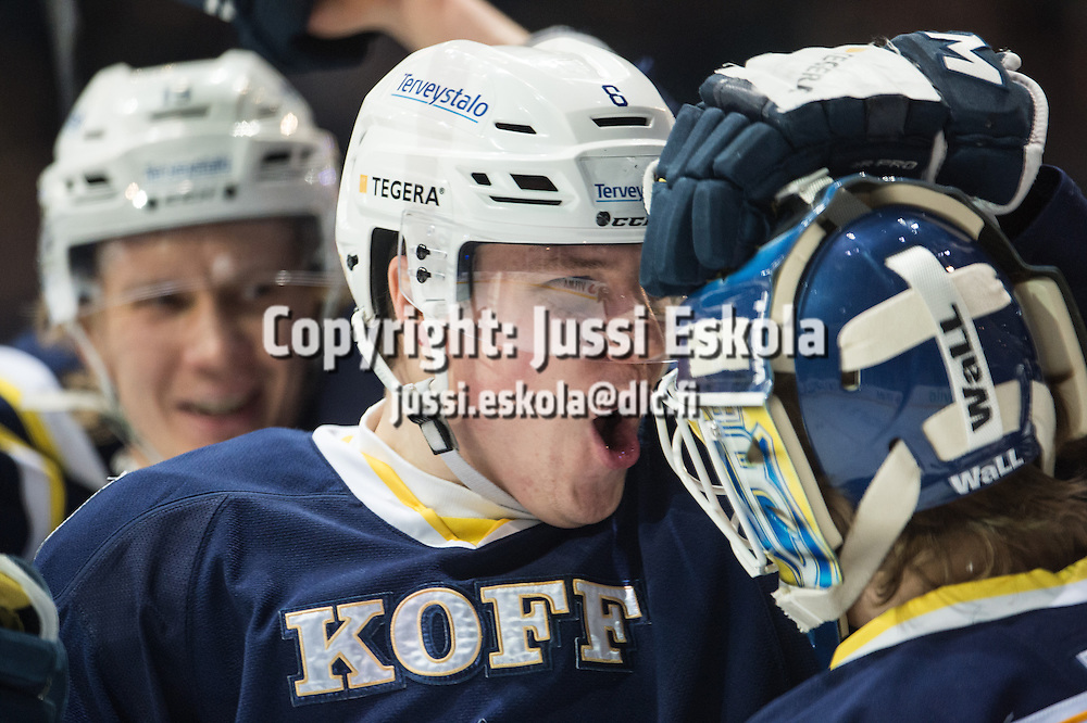 Robert Rooba, oik. Eetu Laurikainen. Blues - Karpat. SM-liiga. 3.2.2015. Photo: Jussi Eskola