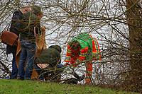 Mannheim. 28.01.18   <br /> Vogelstang. Unterer Vogelstangsee. Im n&ouml;rdlichen Uferbereich des Sees ist eine Leiche gefunden worden. Die Kriminalpolizei und Einsatzkr&auml;fte der DLRG bergen den Leichnam und decken diesen mit Folie ab.<br /> Eine Leiche ist am Sonntag am Mannheimer Vogelstangsee gefunden worden. Das hat die Polizei auf Anfrage best&auml;tigt. Einsatzkr&auml;fte sind zurzeit vor Ort<br /> Bild: Markus Prosswitz 28JAN18 / masterpress (Bild ist honorarpflichtig - No Model Release!) <br /> BILD- ID 06966  