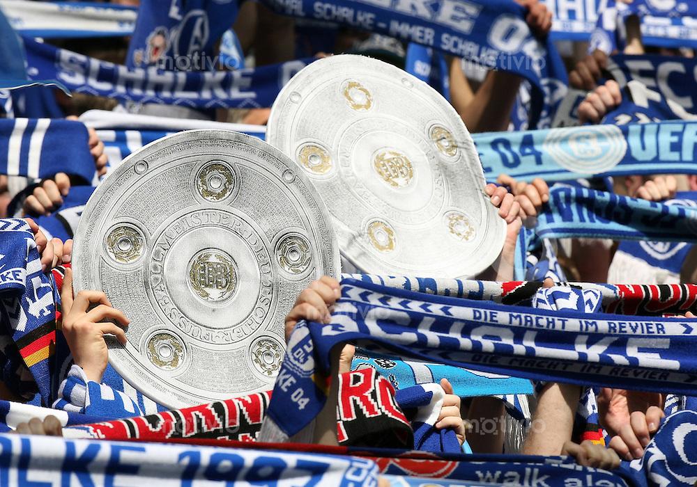 Fussball   1. Bundesliga   Saison 2006/2007   32. Spieltag FC Schalke 04 - 1. FC Nuernberg               Schalke Fans mit einer Meisterschale