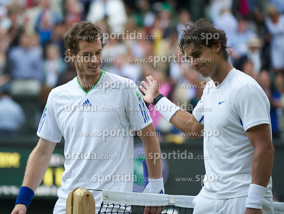 01.07.2011, Wimbledon, London, GBR, ATP World Tour, Wimbledon Tennis Championships, im Bild Andy Murray (GBR) shakes hands with Rafael Nadal (ESP) after the Gentlemen's Singles Semi-Final match on day eleven of the Wimbledon Lawn Tennis Championships at the All England Lawn Tennis and Croquet ClubEXPA Pictures © 2011, PhotoCredit: EXPA/ Propaganda/ David Rawcliffe +++++ ATTENTION - OUT OF ENGLAND/UK +++++