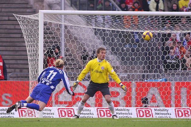 BERLIN, GERMANY - Saturday, February 14, 2009: Hertha BSC Berlin's Andriy Voronin scores the first of his two goals past FC Bayern Munich's goalkeeper Michael Rensing during the Bundesliga match at the Olympiastadion. (Pic by Markus Hammes/Expa/Propaganda)