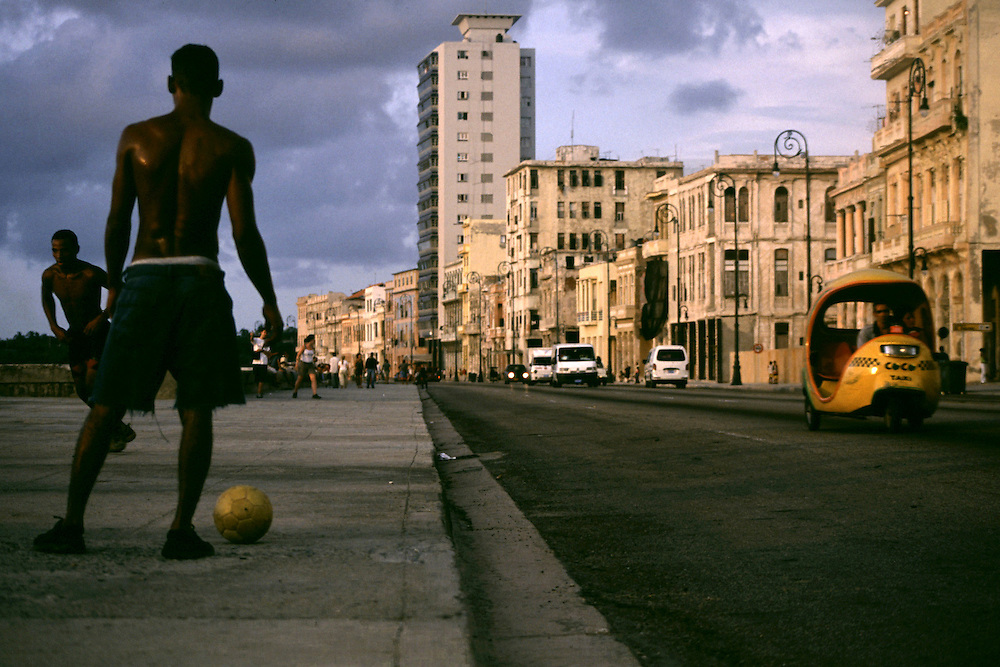 Havana, Cuba...Futebol no calcadao Malecon em Havana...The boys playing soccer in the roadway in Havana...Foto: BRUNO MAGALHAES / NITRO