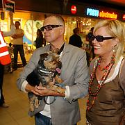 NLD/Amsterdam/20050702 - Bridget Maasland terug uit Bukarest met zwerfhonden die afgemaakt zouden worden, ouders, vader, moeder