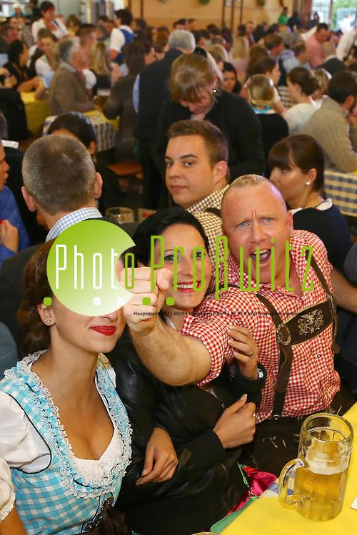 Mannheim. 01.05.15 Maimarkt 2015. Fr&uuml;hlingsfest im Festzelt. <br /> Das Festzelt auf dem Mannheimer Maimarkt verwandelt sich am 1. und 2. Mai ab 19 Uhr in eine Stimmungsarena der Lederhosen und Dirndl. Mit der bayrisch rockigen Partyband &bdquo;M&uuml;nchner G&acute;schichten&ldquo; ist Stimmung total garantiert, denn die sieben Vollblutmusiker servieren von Helene Fischer bis ACDC alles, was gute Laune macht.<br /> <br /> Bild: Markus Pro&szlig;witz 01MAY15 / masterpress (Bild ist honorarpflichtig)