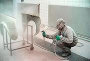 Nederland, Nijmegen, 7-6-2002Autospuiter werkt aan schadeauto in beschermende kleding. Arbo, longziekten, arbeidsomstandigheden, gezondheidsrisico, WAOFoto: Flip Franssen/Hollandse Hoogte