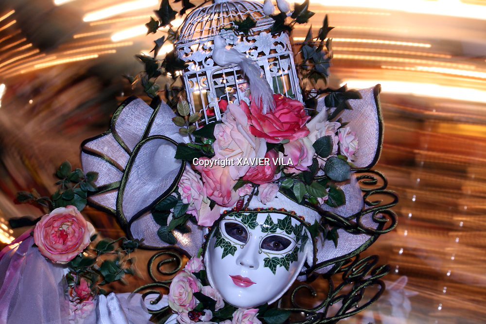 Portrait d'une femme masquée au carnaval vénitien d'Annecy