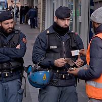 Controlli antiterrorismo in un palazzo occupato da migranti