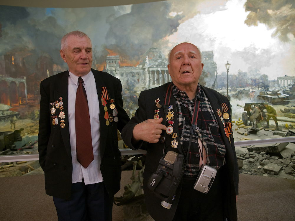 Der 85 j&auml;hrige ukrainische 2. Weltkriegs Veteran Ivan Dmitrievich Dunayev (rechts) mit einem befreundeten Vetranen vor einem drei dimensionalen Diorama welches die Schlacht um den Reichstag in Berlin w&auml;hrend des 2. Weltkriegs darstellt. Dunayev erreichte Berlin kurz vor der deutschen Kapitulation am 2. Mai 1945. Die beiden Veteranen sind zur Siegesparade (9.Mai 2008) nach Moskau angereist. Fotografiert im Museum des Gro&szlig;en Vaterl&auml;ndischen Krieges in Moskau. Das Museum befindet sich auf dem Berg &quot;Poklonnaja Gora&quot;.<br /> <br /> The 85 years old Ukrainian WW II veteran Ivan Dmitrievich Dunayev (right) with a friend infront of a three-dimensional model (diorama) showing the battle at the Berlin Reichstag 1945. Dunayev arrived at the 2nd of May 1945 to Berlin - a few days before Germany surrendered. Photographed at the Museum of the Great Patriotic War in Moscow at Poklonnaya Gora (Bowing Hill). Both WW II veterans travelled for the Victory Parade (09.05.2008) to Moscow.