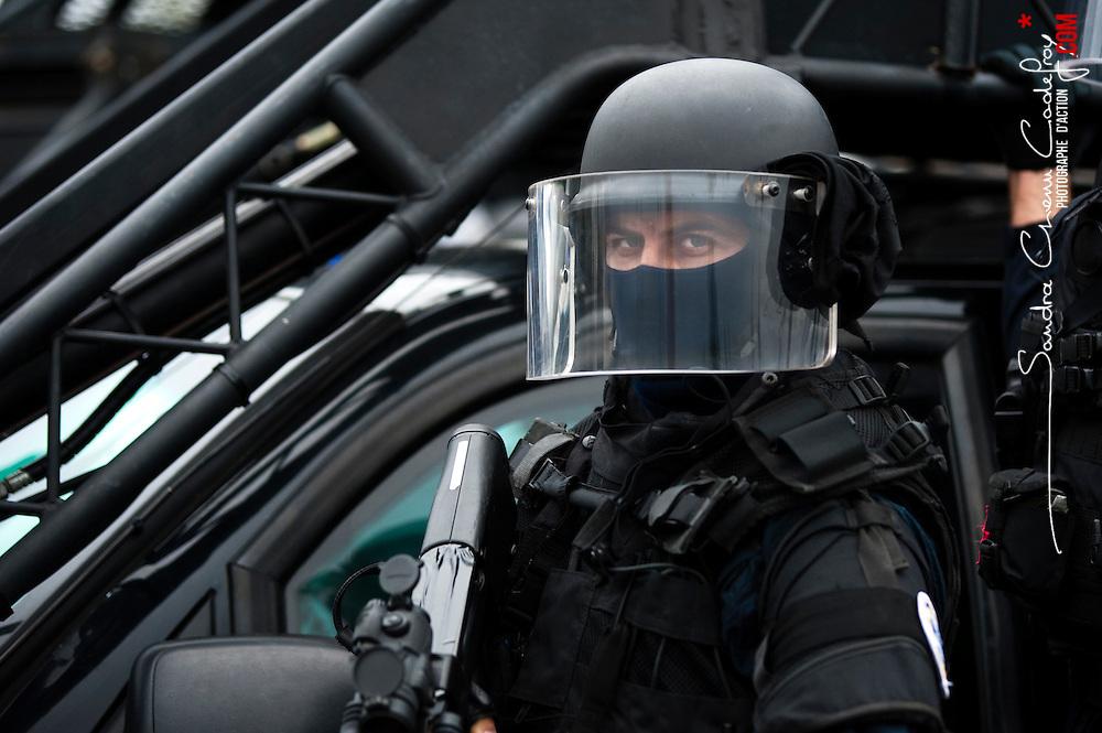 Portrait d 39 un gendarme du gign arm de son p90 devant une for Gendarmerie interieur gouv fr gign