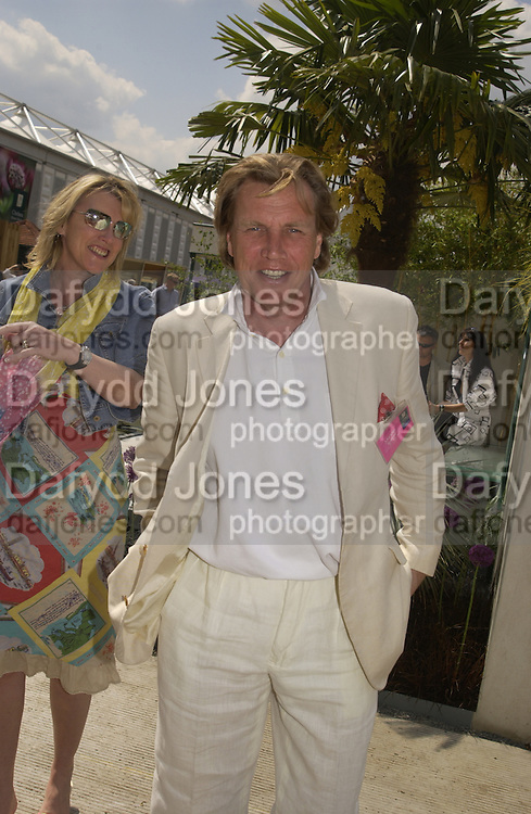 Theo and Louise Fennell, Chelsea Flower show, 25 May 2004. ONE TIME USE ONLY - DO NOT ARCHIVE  © Copyright Photograph by Dafydd Jones 66 Stockwell Park Rd. London SW9 0DA Tel 020 7733 0108 www.dafjones.com