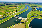 Nederland, Gelderland, Gemeente Utrechtse Heuvelrug, 26-06-2013; Sluis- en Stuwcomplex Amerongen in de Neder-rijn. Ook bekend als Stuw Maurik. De stuw reguleert waterniveau in de Neder-rijn. Direct naast de stuw de waterkrachtcentrale van Nuon. Op het stuweiland verder de schutsluis en een vispassage.<br /> Barrage or flood gate in Lower Rhine, regulates waterlevel. Southeast of Utrecht. The Lower Rhine is a rain river, with especially in the winter large amounts of water (melt water), in the summer there is a shortage of water. The weir ensures sufficiently high water level for shipping. Next to the dam the hydroelectric station,  fish ladder and shipping lock.<br /> luchtfoto (toeslag op standaard tarieven);<br /> aerial photo (additional fee required); copyright foto/photo Siebe Swart.