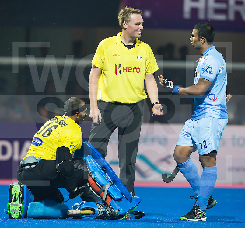 BHUBANESWAR  (INDIA) -  Quater Finals Belgium vs India of the Hero Champions Trophy Hockey.   Umpire Coen van Bunge with goalkeeper Sreejesh Parattu of India and Raghunath Vokkaliga (r). Photo KOEN SUYK