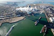 Nederland, Zuid-Holland, Rotterdam, 18-02-2015; Maasvlakte kolencentrales 1 en 2 van E.ON met de dubbele schoorsteen. De elektriciteitscentrale met de losstaande schoorsteen is de nieuwe centrale Maasvlakte Power Plant MPP3. In de achtergrond de Tweede Maasvlakte.<br /> Maasvlakte with the coal-fired Maasvlakte Power Plant E.ON<br /> luchtfoto (toeslag op standard tarieven);<br /> aerial photo (additional fee required);<br /> copyright foto/photo Siebe Swart