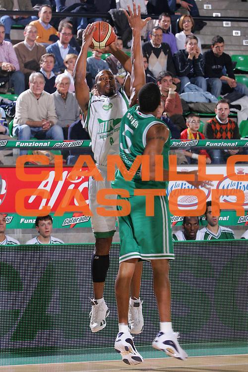 DESCRIZIONE : Treviso Lega A1 2006-07 Benetton Treviso Air Avellino <br /> GIOCATORE : Strong <br /> SQUADRA : Air Avellino <br /> EVENTO : Campionato Lega A1 2006-2007 <br /> GARA : Benetton Treviso Air Avellino <br /> DATA : 03/12/2006 <br /> CATEGORIA : Tiro <br /> SPORT : Pallacanestro <br /> AUTORE : Agenzia Ciamillo-Castoria/S.Silvestri <br /> Galleria : Lega Basket A1 2006-2007 <br /> Fotonotizia : Treviso Campionato Italiano Lega A1 2006-2007 Benetton Treviso Air Avellino <br /> Predefinita :