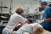 Nederland, Nijmegen, 9-5-2003..Patient is vanuit de operatiekamer, ok, naar de intensive care, ic, gebracht door anesthesisten. Verpleegkundigen staan klaar om over te nemen. Kosten gezondheidszorg, wachtlijsten operatie, verpleging, wao, ziekenfonds, zorgverzekeraar, ziekenhuis..Foto: Flip Franssen