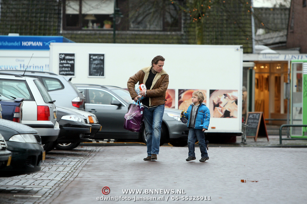 NLD/Laren/20080105 - Joep Sertons en zoontje Boas winkelend in Laren NH