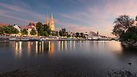 Im Jahre 179 n. Chr. wurde Regensburg von den Römern gegründet und ist heute eine der ältesten Städte Deutschlands. Die steinerne Brücke aus dem 12. Jahrhundert wurde von den Kreuzrittern auf ihrem Kreuzzug in das Heilige Land genutzt und der Regensburger Dom ist einer der schönsten Bauten Bayerns. Seinen besonderen Charme entwickelt Regensburg bei Sonnenuntergang.
