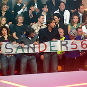 NLD/Baarn/20070314 - 10de Live uitzending RTL Dancing on Ice 2007, fans en familie van Sander Janson op de tribune met spandoek