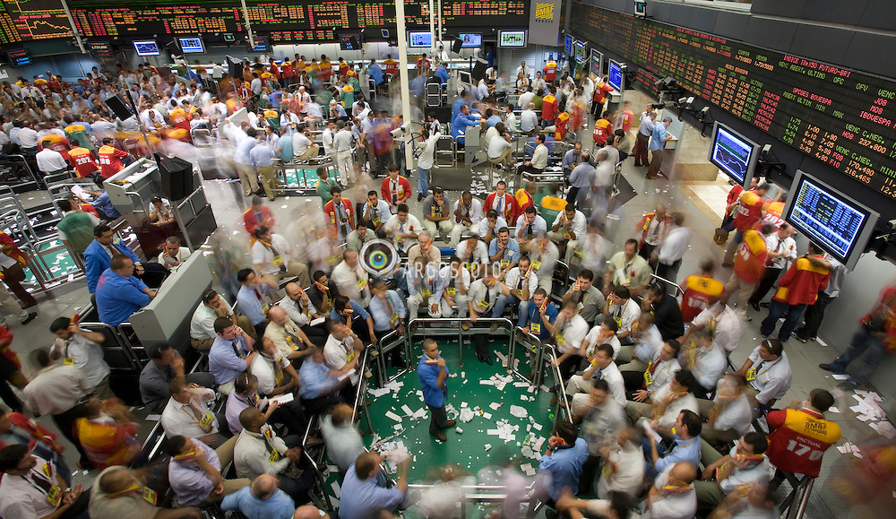 Pregao da Bolsa de Mercadorias & Futuros, a BMF / Traders work on the floor of the at the Brazilian Bolsa de Mercadorias e Futuros, or Brazilian Mercantile and Futures Exchange (BM&F), in Sao Paulo,   Brazil, on Wednesday, Feb, 20, 2008.