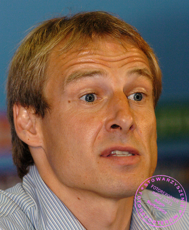 n/z.: Jurgen Klinsmann trener reprezentacji Niemiec po meczu Pucharu Konfederacji Niemcy 2005 Niemcy (biale) - Tunezja (czerwone) 3:0 , reprezentacja , sezon 2004/2005 , pilka nozna , Niemcy , Kolonia , 18-06-2005 , fot.: Adam Nurkiewicz / mediasport..Jurgen Klinsmann trainer coach of German's national team after Confederations Cup soccer match in Cologne. June 18, 2005 ; Germany (white) - Tunisia (red) 3:0 , season 2004/2005 , Germany , Cologne ( Photo by Adam Nurkiewicz / mediasport )
