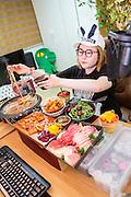 MUKBANG - KOREA<br /> <br /> R&aring; fisk, chilihet kimchi, nudelgryta med n&ouml;tk&ouml;tt, sallad med k&ouml;rsb&auml;r och ett stort lass med &aring;l st&aring;r p&aring; menyn. Mat f&ouml;r 5-6 personer intas i en sittning av Seon Yoon Ahn som s&auml;nder ut sitt intagande av m&aring;ltiden p&aring; sin webkanal. F&ouml;retelsen kallas mukbang.