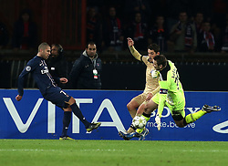 06.11.2012, Stade de Parc des Princes, Paris, FRA, UEFA CL, Paris St. Germain vs Dinamo Zagreb, Gruppe A, im Bild Ivan Kelava, Jeremy Menez, Arijan Ademi, // during UEFA Championsleague group A Match between Paris St. Germain and Dinamo Zagreb at the Stade de Parc des Princes, Paris, France on 2012/11/06. EXPA Pictures © 2012, PhotoCredit: EXPA/ Pixsell/ Marko Lukunic..***** ATTENTION - OUT OF CRO, SRB, MAZ, BIH and POL *****