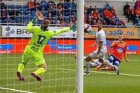 1. divisjon fotball 2018: Aalesund - Mjøndalen. Aalesunds Adam Örn Arnarson (t.h.) setter inn 2-1 forbi Lukas Jonsson i førstedivisjonskampen i fotball mellom Aalesund og Mjøndalen på Color Line Stadion. Vetle Dragsnes i midten av bildet.