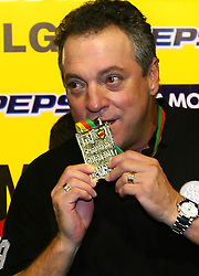 O técnic Abel Braga mostra a medalha  do título do campeonato gaúcho 2008, no estádio Beira Rio, em Porto Alegre. FOTO: Lucas Uebel / Preview.com