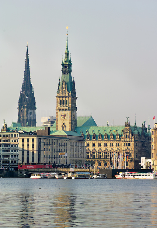 Hamburger Rathaus am frühen Morgen