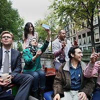 Nederland, Amsterdam , 13 oktober 2014.<br /> Een Internationale bijeenkomst van o.a. Israle&iuml;sche , Palestijnse, Amerikaanse en andere hoog opgeleide jongeren tijdens een bijeenkomst in Nederland kregen vanmiddag een boottocht door de amsterdamse grachten aangeboden.<br /> Foto:Jean-Pierre Jans