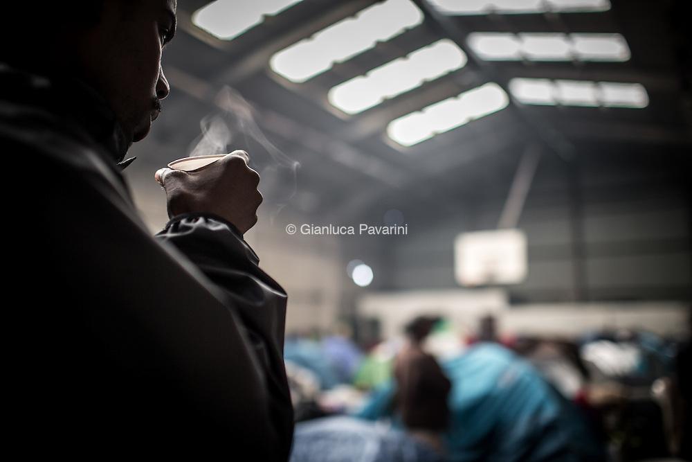 Calais (FR), all'imbarco dei traghetti per il regno unito, dopo il rafforzamento dei controlli, il numero di migranti cresce ogni giorno, nonostante i centri d'accoglienza siano stati amliati i migranti trovano riparo come possono all'interno di una foresta vicino alla strada che porta all'imbarco. In questo modo possono provare a nascondersi sui Camion, ma il numero sempre maggiore di persone sta creando una città parallela di gente senza identità.