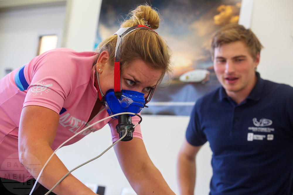 Studenten van de VU nemen een inspanningstest bij een van de kandidaten voor het nieuwe team. In september wil het Human Power Team Delft en Amsterdam, dat bestaat uit studenten van de TU Delft en de VU Amsterdam, tijdens de World Human Powered Speed Challenge in Nevada een poging doen het wereldrecord snelfietsen voor vrouwen te verbreken met de VeloX 9, een gestroomlijnde ligfiets. Het record is met 121,81 km/h sinds 2010 in handen van de Francaise Barbara Buatois. De Canadees Todd Reichert is de snelste man met 144,17 km/h sinds 2016.<br /> <br /> With the VeloX 9, a special recumbent bike, the Human Power Team Delft and Amsterdam, consisting of students of the TU Delft and the VU Amsterdam, also wants to set a new woman's world record cycling in September at the World Human Powered Speed Challenge in Nevada. The current speed record is 121,81 km/h, set in 2010 by Barbara Buatois. The fastest man is Todd Reichert with 144,17 km/h.