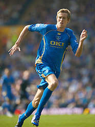 PORTSMOUTH, ENGLAND - Saturday, March 21, 2009: Portsmouth's Peter Crouch in action against Everton during the Premiership match at Fratton Park. (Photo by David Rawcliffe/Propaganda)