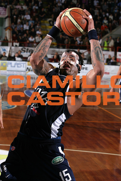 DESCRIZIONE : Porto San Giorgio Lega A1 2006-07 Premiata Montegranaro Climamio Fortitudo Bologna <br /> GIOCATORE : Thomas <br /> SQUADRA : Climamio Fortitudo Bologna <br /> EVENTO : Campionato Lega A1 2006-2007 <br /> GARA : Premiata Montegranaro Climamio Fortitudo Bologna <br /> DATA : 29/03/2007 <br /> CATEGORIA : Rimbalzo<br /> SPORT : Pallacanestro <br /> AUTORE : Agenzia Ciamillo-Castoria/G.Ciamillo